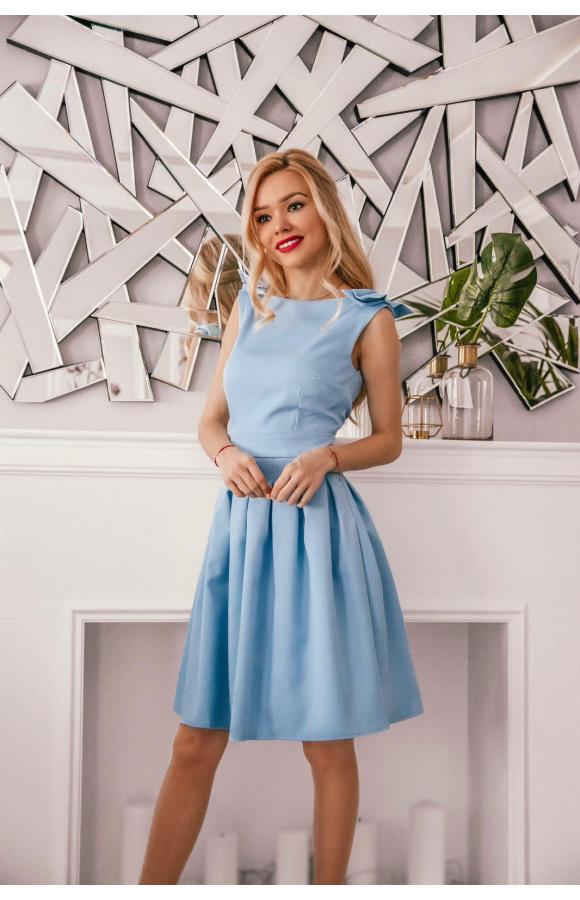 Skromna, a zarazem piękna sukienka bez rękawów o długości do kolana.