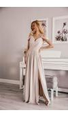 Długa suknia i luźnym fasonie to propozycja kreacji na poważną uroczystość.