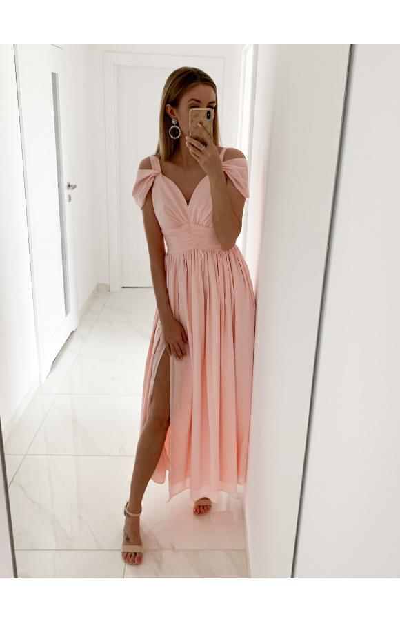 Długa suknia w kolorze jasnego, pudrowego różu z niebanalnymi zdobieniami.