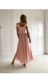 Zwiewna suknia to wybór idealny na wesele i rozmaite imprezy na świeżym powietrzu.