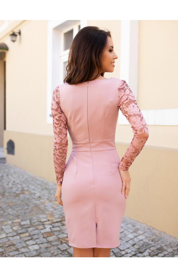 Sukienka ma oryginalne, koronkowe rękawy i wyjątkowo zdobiony dekolt kopertowy.