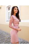 Kreacja w modnym odcieniu pudrowego różu pasuje do dowolnego typu sylwetki.