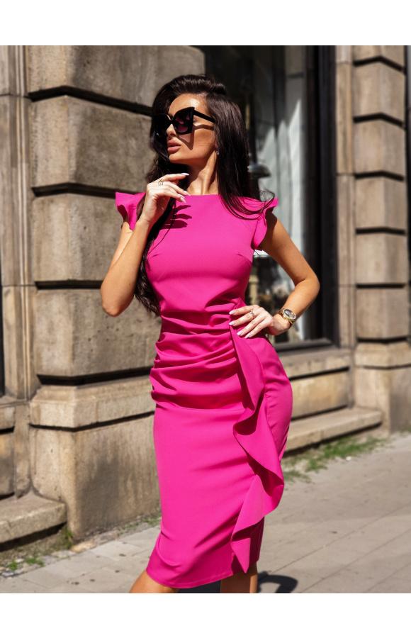 Cudownie dopasowana, opięta sukienka midi, która podkreśla sylwetkę.