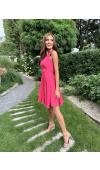 Lekka, luźna sukienka doskonale sprawdzi się latem i podczas spotkań towarzyskich.