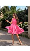 Koktajlowa sukienka w kolorze fuksji to fason bez rękawów i z rozkloszowanym dołem.