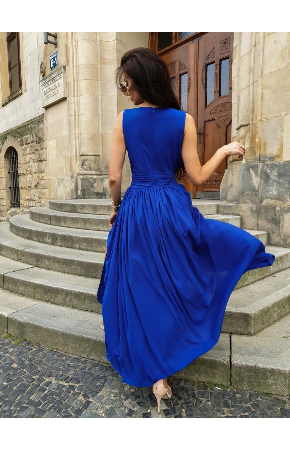 Suknia odcięta w talii szerokim pasem pięknie akcentuje kobiece kształty.