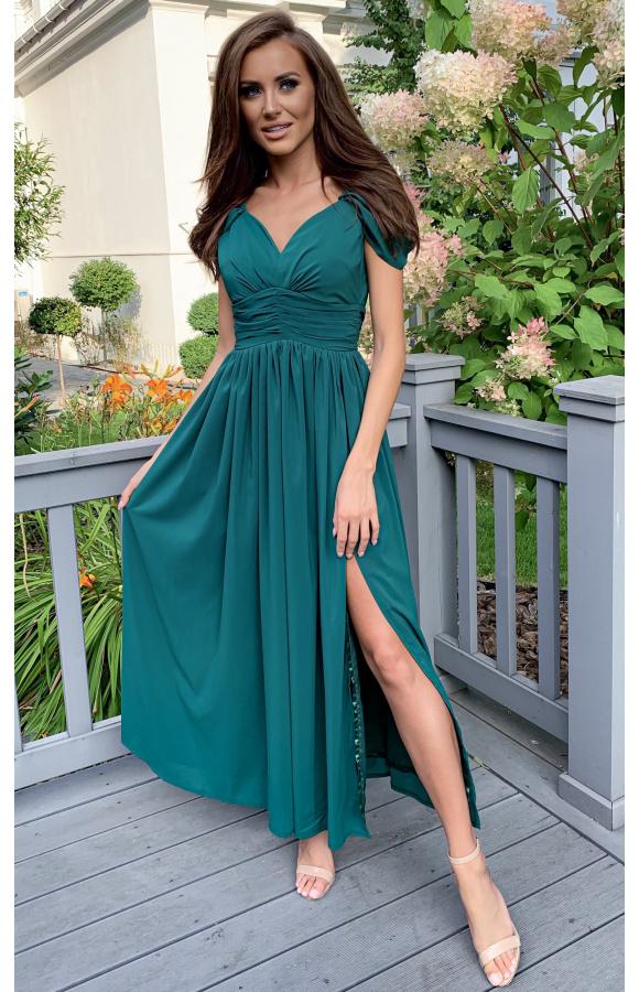 Długa, elegancka suknia z szyfonu to strój na ważne uroczystości.