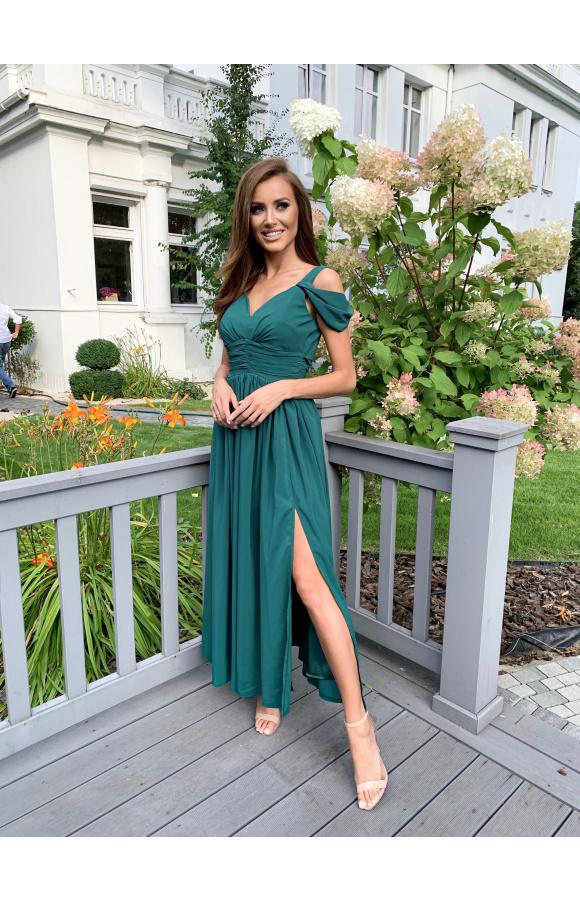 Sukienka na ramiączkach ma dodatkowe rękawy, które opadają z ramion.