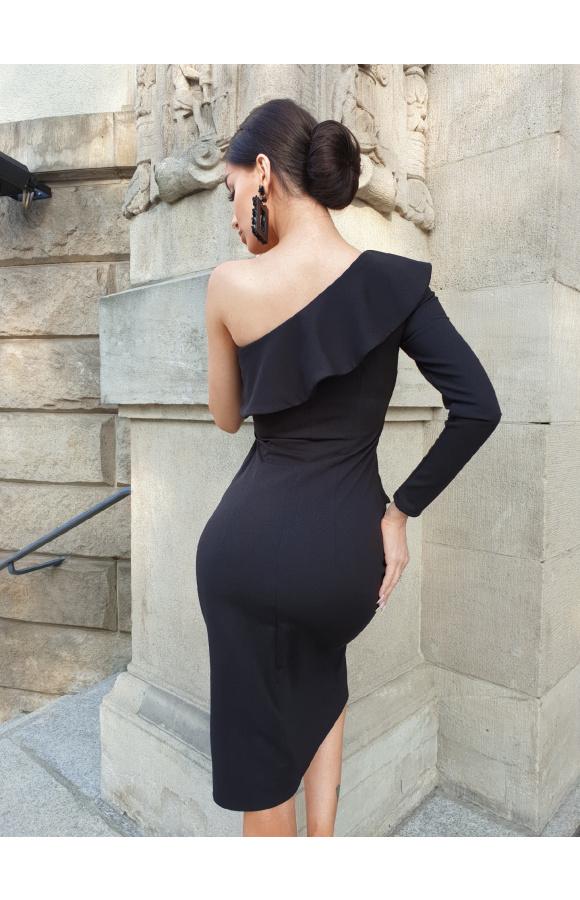 Podkreślająca talię, czarna sukienka idealna na nieformalne wyjścia i wieczorne imprezy.