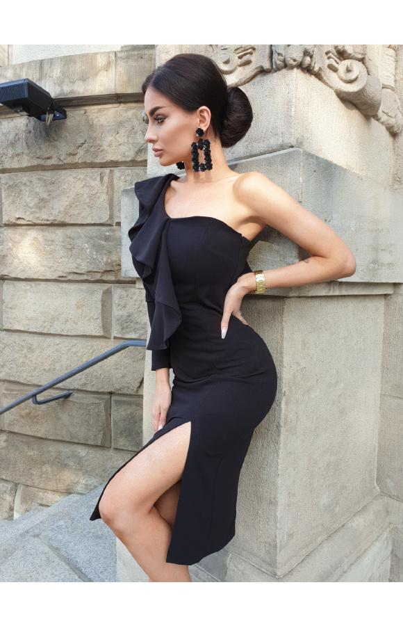 Wyjściowa sukienka z okazała falbaną przy rękawie i na plecach. Zmysłowe rozcięcie na udzie.