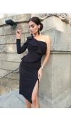 Czarna sukienka midi z asymetryczną górą, jednym długim rękawem i z jednym odsłoniętym ramieniem.