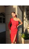 Zmysłowa, czerwona sukienka midi z jednym, długim rękawem i i jednym odsłoniętym ramieniem.
