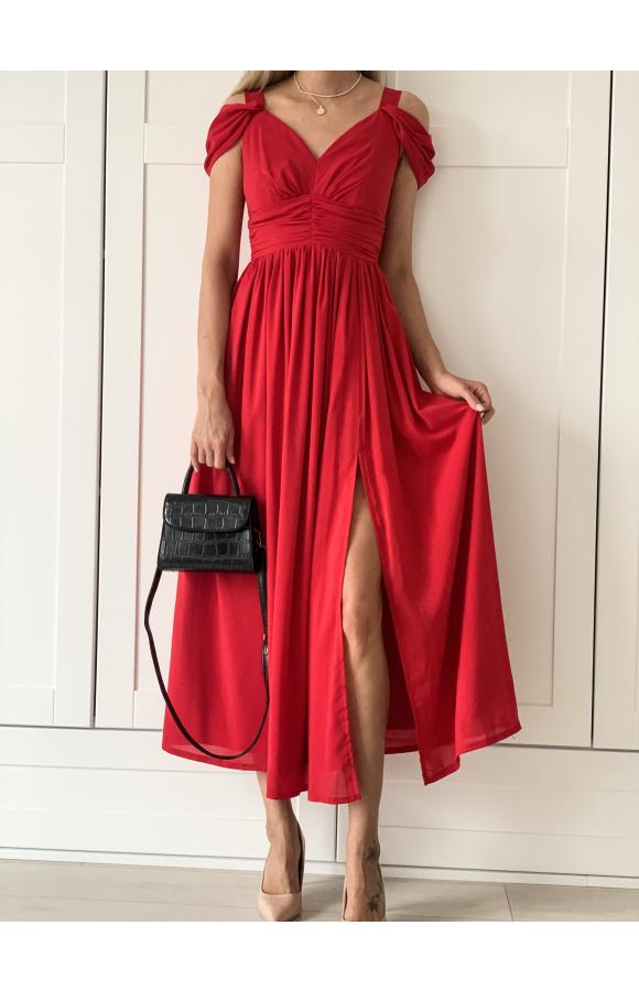 Sukienka na ramiączkach, ale z ozdobnymi, fantazyjnie opadającymi na ramię rękawami.