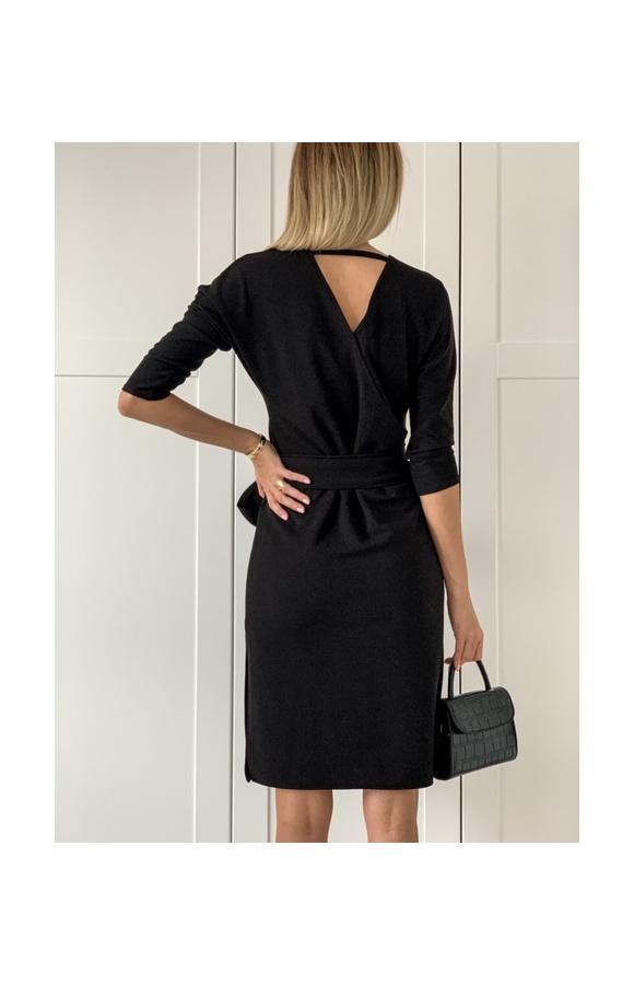 Czarna, dopasowana sukienka, która sprawdzi się do pracy i na wiele innych okazji.