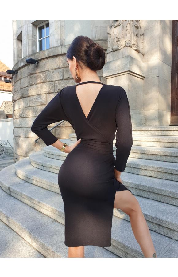 Odcięta w pasie sukienka midi z wiązaniem, które pozwala podkreślić talię lub zakryć brzuszek.