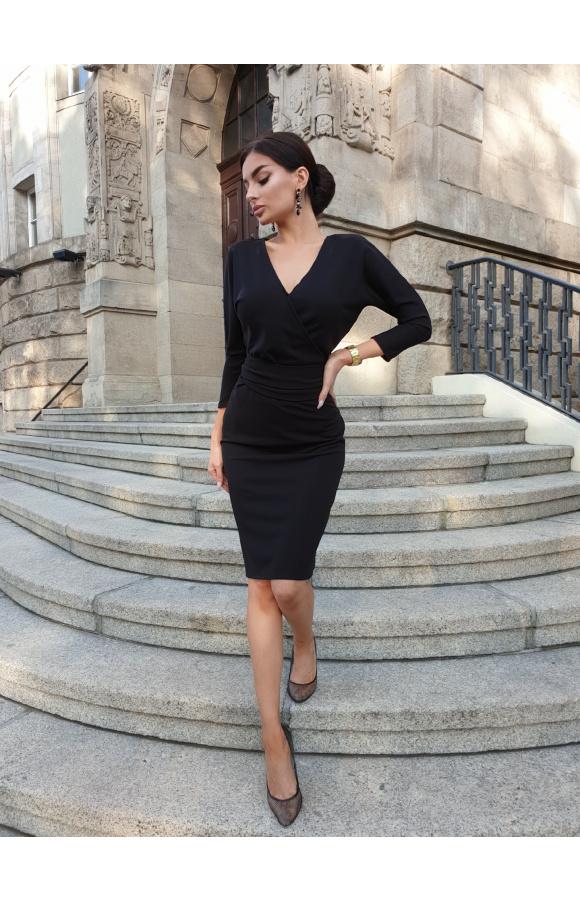 Minimalistyczna sukienka z dekoltem w szpic z przodu i z tyłu. Wiązanie w pasie podkreśla krągłości.