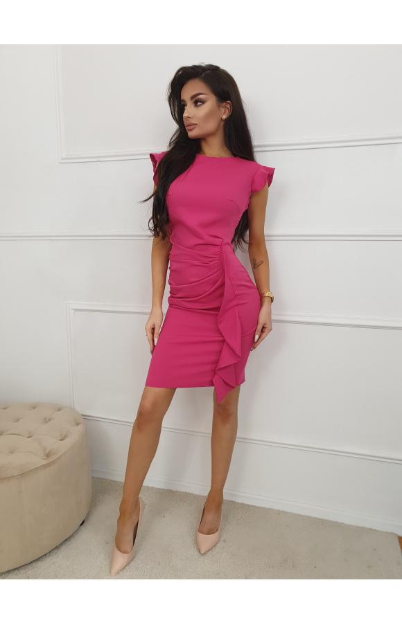 Dopasowana do ciała sukienka bez rękawów z dekoracyjnymi falbanami przy ramionach i u dołu spódnicy.