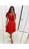 Czerwona sukienka midi z krótkim rękawem to idealna kreacja wyjściowa. Kontrafałdy dodają jej uroku.
