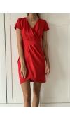 Czerwona sukienka koktajlowa mini z krótkim rękawem. Sprawdzi się na okazje formalne i nieformalne.