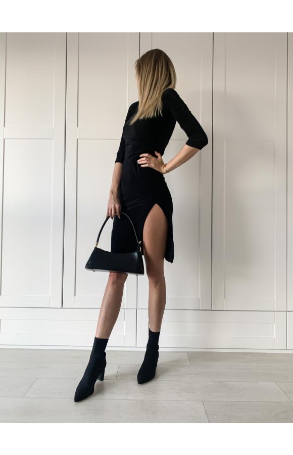 Czarna, błyszcząca sukienka sprawdzi się na wszelkie wieczorne wyjścia i imprezy.