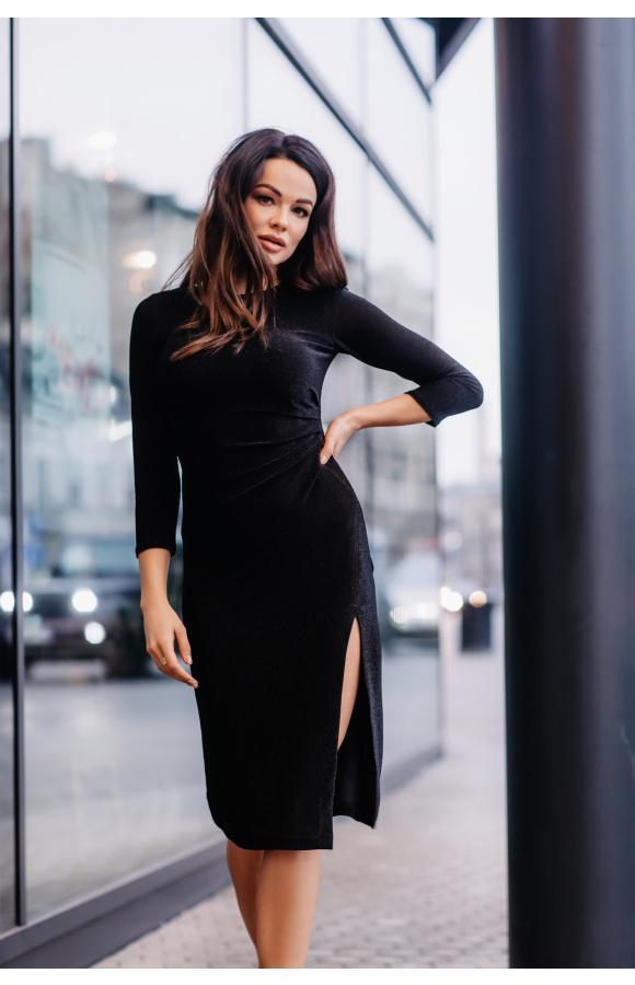 Dekolt pod szyję i rękaw o długości ¾ dodają sukience powagi.