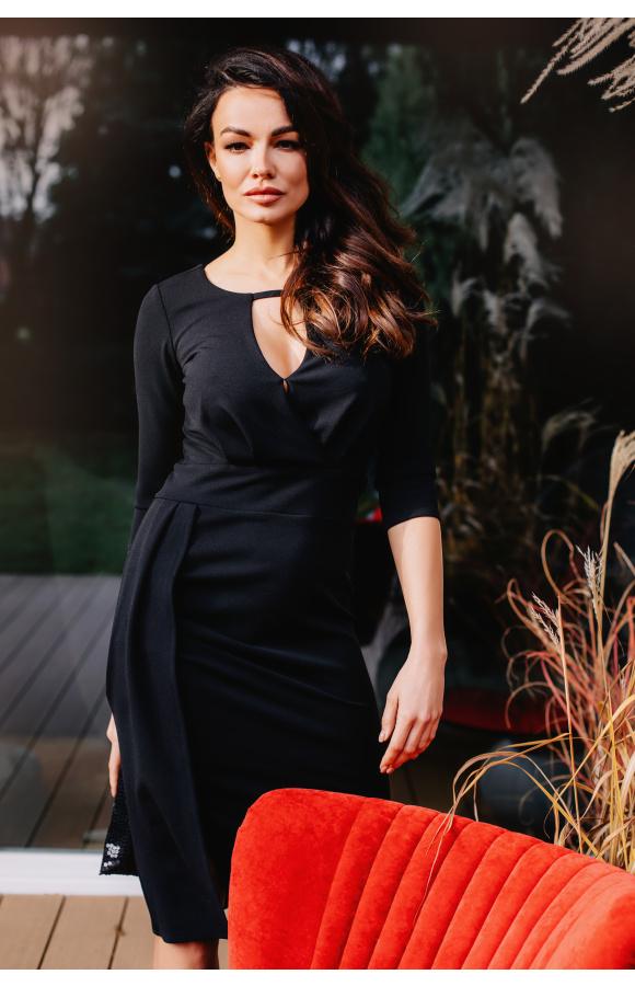 Odcięcie w pasie sprawia, że sukienka atrakcyjnie uwydatnia talię i biodra.