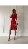 Niezwykle stylowa, czerwona sukienka midi z rękawem ¾ i ozdobnym dekoltem.