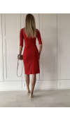 Sukienka ma drapowanie przy spódnicy i rozcięcie na udzie, które optycznie wydłuża i wysmukla nogi.