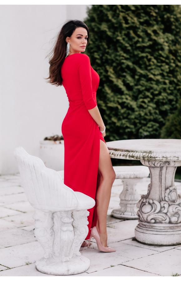 Sukienka ma zakładki przy spódnicy i dekolcie. Odcięcie w pasie atrakcyjnie podkreśla sylwetkę.