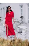 Zmysłowa, czerwona sukienka maxi z nietuzinkowym dekoltem i rozcięciem na udzie.