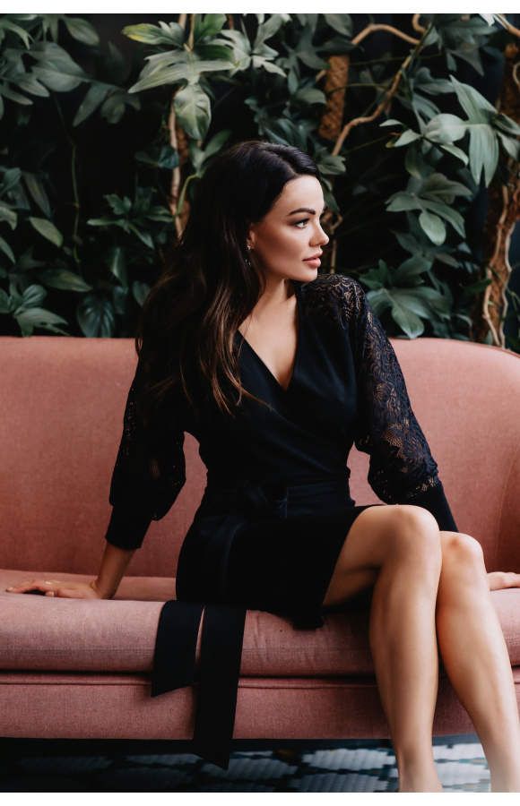 Czarna sukienka o uniwersalnym kroju. Doskonała na formalne spotkania i prywatne wyjścia.