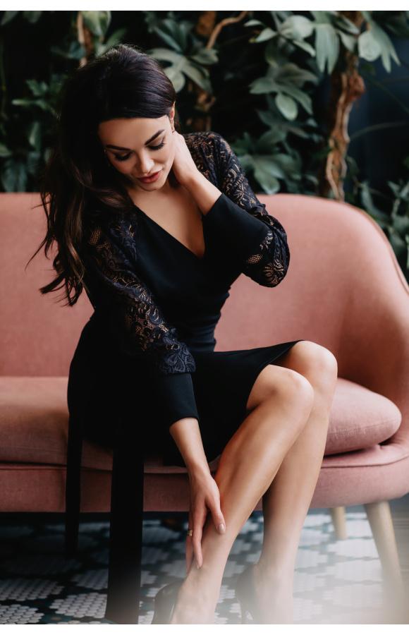Czarna sukienka z kopertowym dekoltem i opiętą częścią dolną. Pięknie podkreśla sylwetkę.