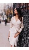 Piękna, beżowa sukienka z długim, koronkowym rękawem. Odpowiednia jako strój formalny i casualowy.