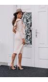 Beżowa sukienka midi z jednym rękawem i falbaną nadaje się na różne wyjścia nieformalne.