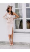Elegancka sukienka midi, która zmysłowo podkreśla sylwetkę. Beżowy odcień pasuje na wiele okazji.