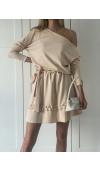 Dzianinowa, beżowa sukienka oversize mini z wiązaniem w pasie i falbankami. Dobra na różne okazje.