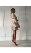 Uniwersalna, beżowa sukienka mini o kroju oversize na co dzień, do pracy i na wiele uroczystości.