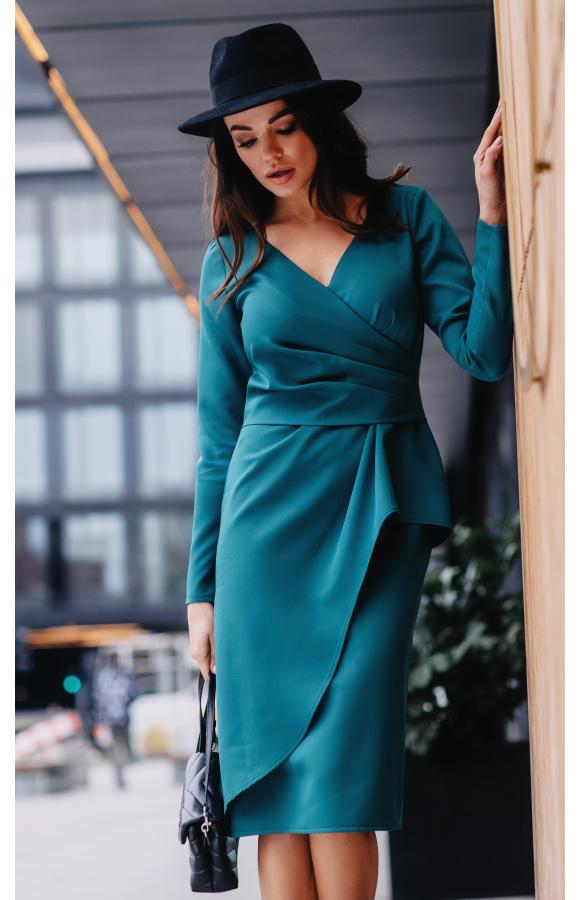 Sukienka midi w kolorze morskiej zieleni, z kopertową górą i drapowaniem. Dobra na wiele okazji.