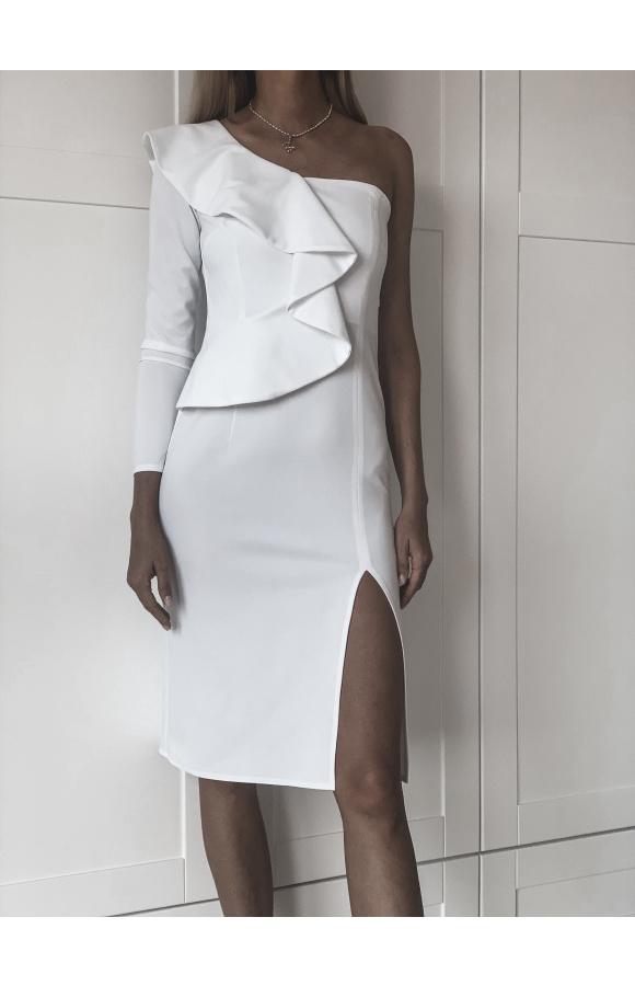 Biała, elegancka sukienka midi z ozdobną falbaną na ramieniu. Drugie ramię odsłonięte.