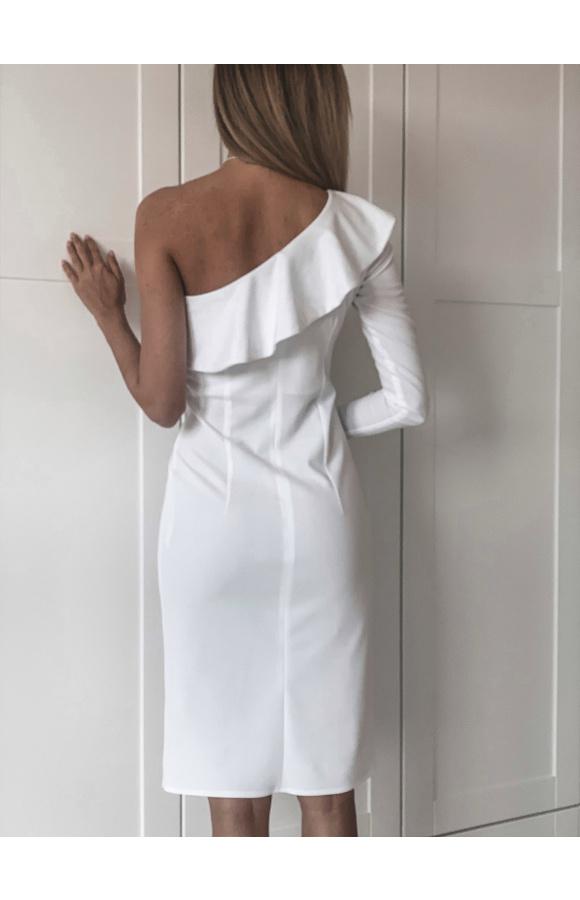 Elegancka, biała sukienka z odsłoniętym ramieniem. O dopasowanym kroju midi i z rozcięciem na udzie.