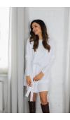 Biała, dzianinowa sukienka oversize, idealna na co dzień, do pracy i na nieformalne spotkania.