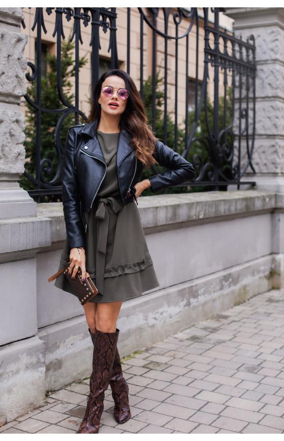 Sukienka oversize o uniwersalnym kroju. Luźny fason i kolor khaki sprawdzą się w wielu stylizacjach.
