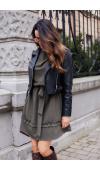 Oversizowa sukienka wiązana w pasie. Idealna do stylu casualowego i wysokich butów.