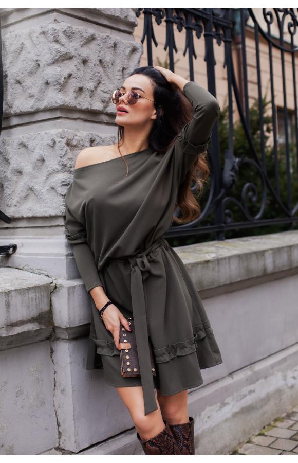 Seksowna, oversizowa sukienka khaki z gumką i ozdobnym wiązaniem w pasie.