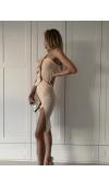 Wyjściowa sukienka o seksownym kroju. Fason z odsłoniętym ramieniem i rozcięciem na udzie.
