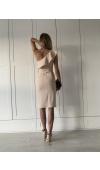 Beżowa sukienka z matowej dzianiny zapinana na boczny suwak. Ozdobiona falbaną na ramieniu.