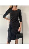 Czarna sukienka z boczną falbaną i drapowaniem. Rękaw ¾ i długość midi. Uniwersalna na wiele okazji.