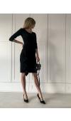 Dopasowana, czarna sukienka o prostym, dopasowanym do ciała kroju. Idealna na różne wyjścia.