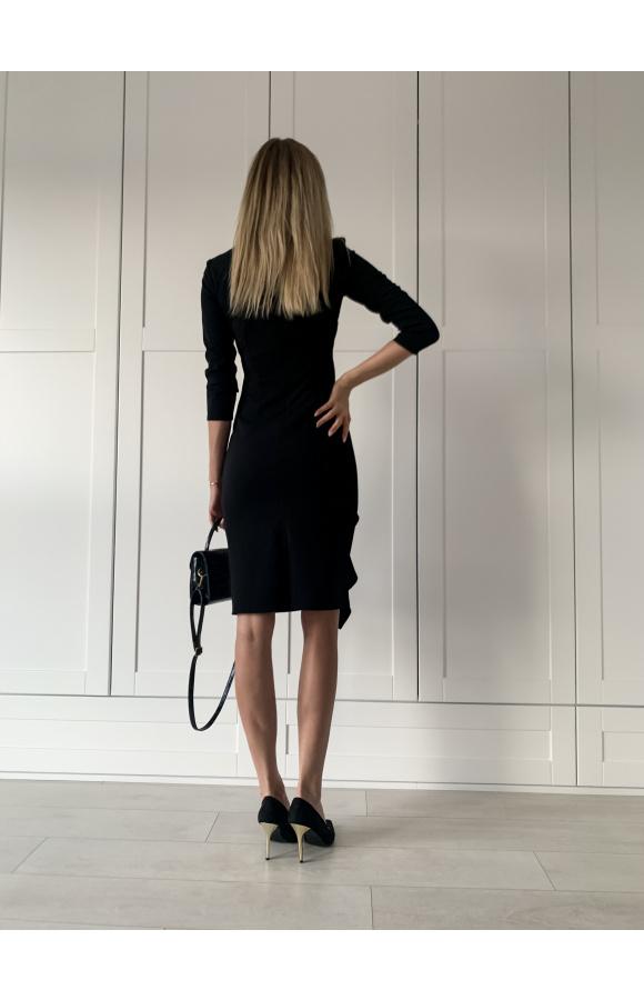 Wygodna i stylowa, czarna sukienka midi. Rękawy ¾ i efektowne zdobienia dodają jej uroku.
