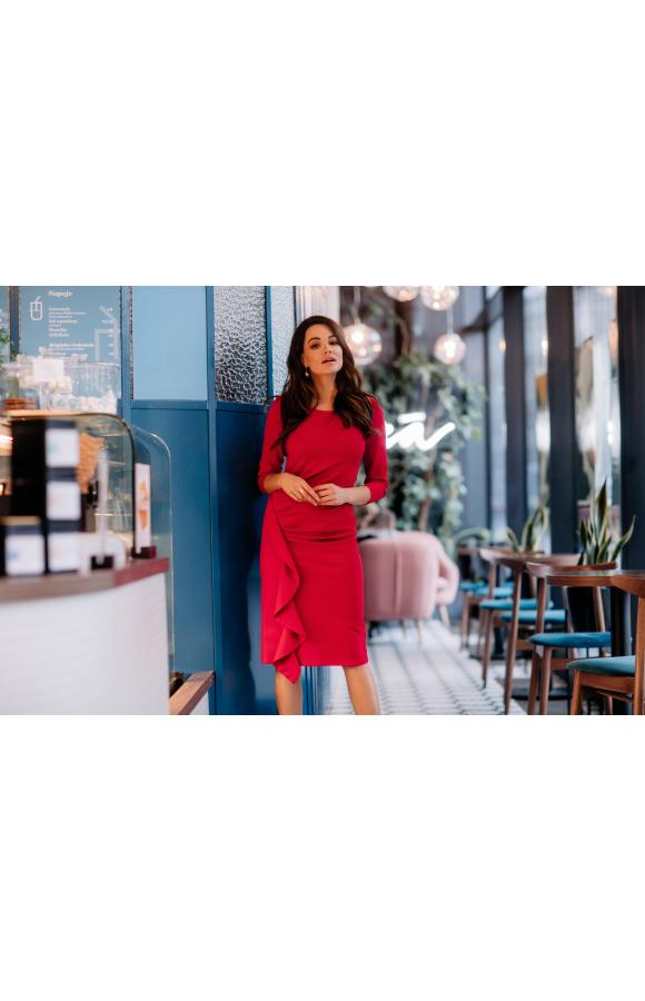 Czerwona sukienka midi z rękawem ¾ jest idealna na wiele okazji. Seksowny krój podkreśla figurę.